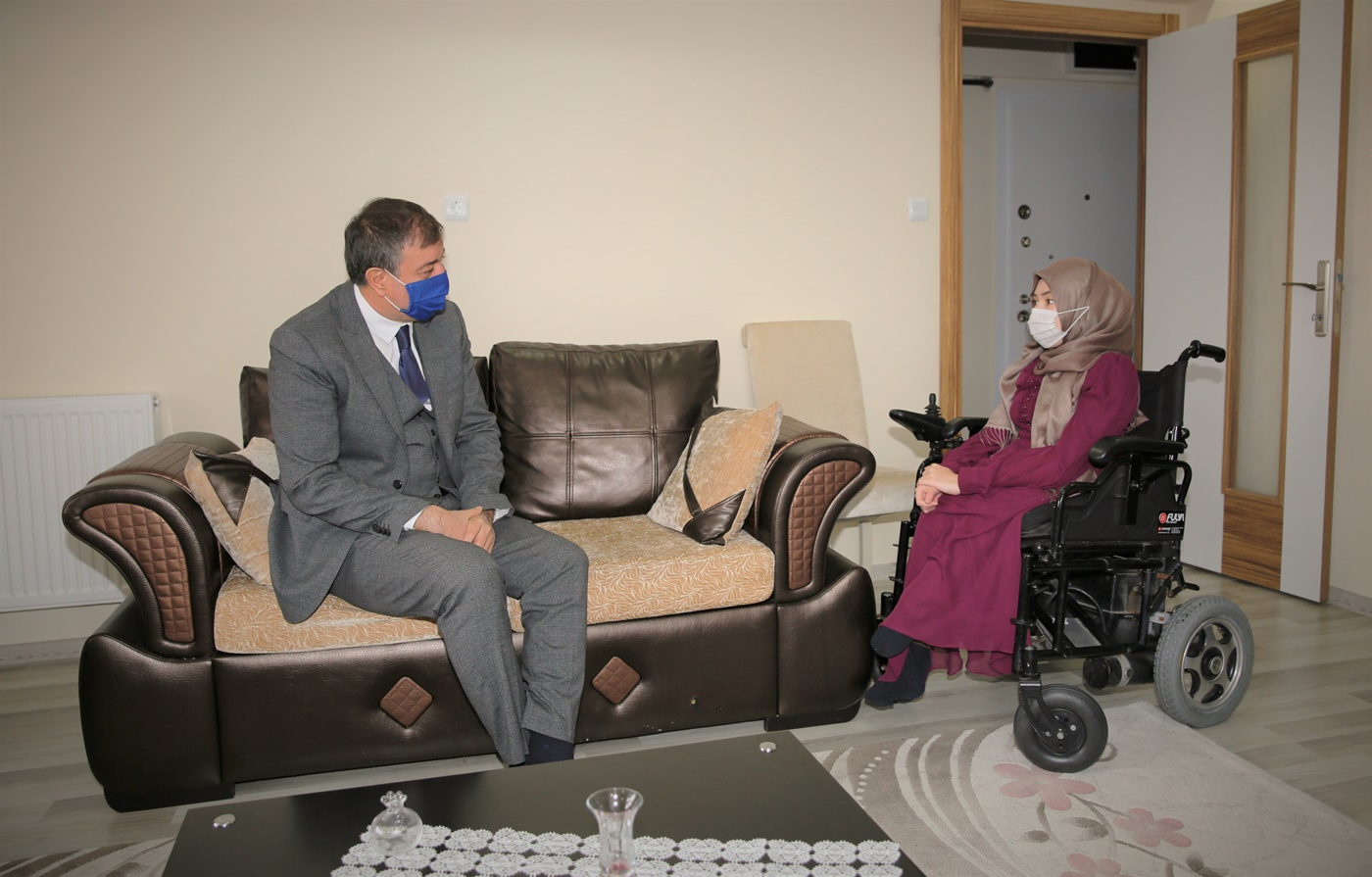 Bedensel Engelli Kızı İçin Akülü Sandalye İsteyen Babanın Hayalini Rektör Ayrancı Gerçekleştirdi