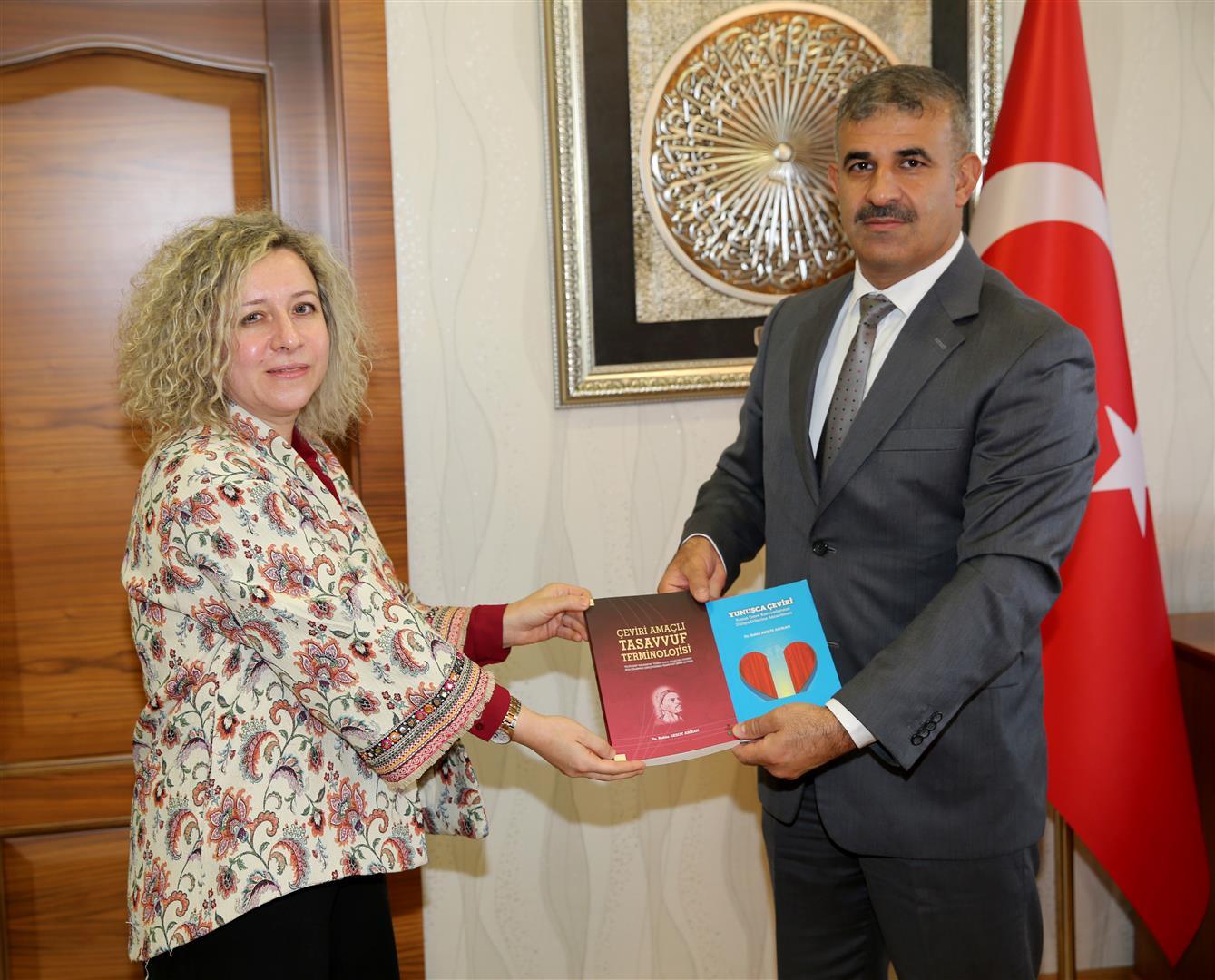 """Üniversitemiz Dr. Öğretim Üyesi Rabia Aksoy Arıkan """"Yunusca Çeviri""""  Kitabını Rektör Çiftçi'ye Takdim Etti."""