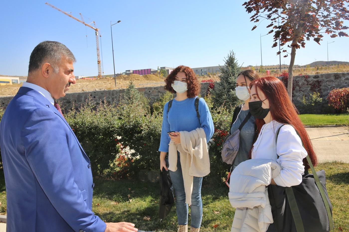 Rektör Çiftçi Yüz Yüze Eğitimin İlk Gününü Kampüste Öğrencilerle Birlikte Geçirdi