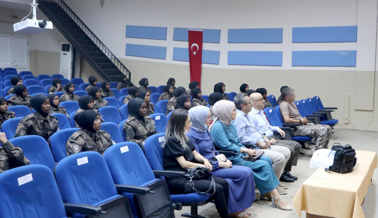 ÇAKÜ Dil Eğitimi Uygulama ve Araştırma Merkezi, Çankırı Şehit Seyit Saraç Özel Harekât Polis Eğitim Merkezinde Somalili kadın polislere Türkçe dil eğitimi verdi.